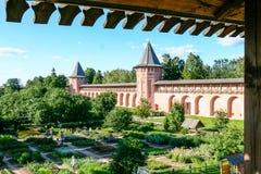 Κήπος αποθηκαρίων και τοίχος του μοναστηριού λυτρωτών του ST Euthymius, Ρωσία, Σούζνταλ Στοκ Εικόνες