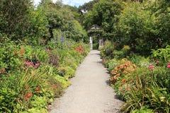 Κήπος εξοχικών σπιτιών στο νησί Garinish στην Ιρλανδία το καλοκαίρι Στοκ φωτογραφία με δικαίωμα ελεύθερης χρήσης