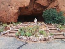 Κήπος κάκτων με το χερουβείμ, και βήματα που οδηγούν στη σπηλιά Στοκ Εικόνες