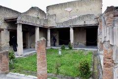 Κήπος και κτήριο, αρχαιολογική περιοχή Herculaneum, Campania, Ιταλία Στοκ Φωτογραφία