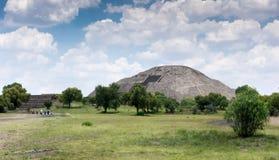 Κήπος με τις καταστροφές στο υπόβαθρο, Teotihuacan, Στοκ Εικόνες