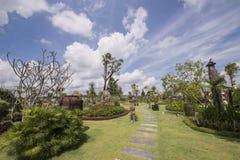 Κήπος με το μπλε ουρανό Στοκ Εικόνα