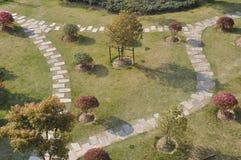 Κήπος με το περπάτημα των παρόδων Στοκ Εικόνες