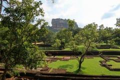 Κήπος μπροστά από το βράχο Sigiriya, Σρι Λάνκα οριζόντιος στοκ εικόνες