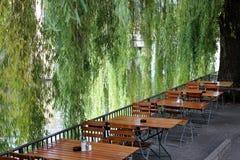 Κήπος μπύρας στην όχθη ποταμού Στοκ Εικόνες