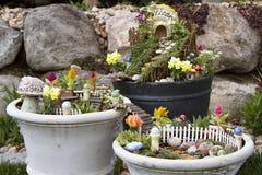 Κήπος νεράιδων σε ένα δοχείο λουλουδιών υπαίθρια Στοκ φωτογραφία με δικαίωμα ελεύθερης χρήσης