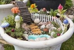 Κήπος νεράιδων σε ένα δοχείο λουλουδιών υπαίθρια Στοκ Φωτογραφίες