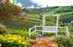 Κήπος λουλουδιών με το ναό Wat Pha Sorn Kaew Στοκ εικόνες με δικαίωμα ελεύθερης χρήσης