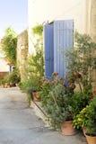 Κήπος δοχείων σε μια στενή οδό, χαρακτηριστική στη νότια Ευρώπη, Ansou Στοκ Φωτογραφίες