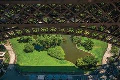 Κήπος πάρκων του Champ de Mars σε μια ηλιόλουστη ημέρα, που βλέπει από το πεζούλι πύργων του Άιφελ στο Παρίσι Στοκ Εικόνα