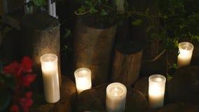 Κήπος που διακοσμείται για μια δεξίωση γάμου τη νύχτα φιλμ μικρού μήκους