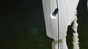 Κήπος που διακοσμείται για μια δεξίωση γάμου τη νύχτα απόθεμα βίντεο