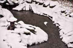 Κήπος που καλύπτεται ιαπωνικός στο χιόνι Στοκ φωτογραφία με δικαίωμα ελεύθερης χρήσης