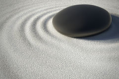 Κήπος της Zen με μια πέτρα και τα κύματα αρμονίας του στοκ εικόνες
