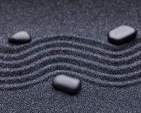 Κήπος της Zen με τις γραμμές κυμάτων στην άμμο με τις πέτρες χαλάρωσης Στοκ Εικόνα