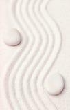 Κήπος της Zen με τις γραμμές κυμάτων στην άμμο με τους άσπρους βράχους χαλάρωσης Στοκ Εικόνα