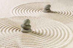 Κήπος της Zen με τις συσσωρευμένες πέτρες και άμμος με τους κύκλους Στοκ Φωτογραφία