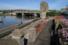 Κήπος του Ρότσεστερ Castle και γέφυρα του Ρότσεστερ πέρα από τον ποταμό Medway, Αγγλία Στοκ Φωτογραφία