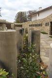 Κήπος των λουλουδιών, των ενδιαφερόντων συγκεκριμένων κυλίνδρων και του υπόστεγου στοκ φωτογραφία με δικαίωμα ελεύθερης χρήσης