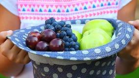 Κήπος φρούτων καπέλων χεριών hd φιλμ μικρού μήκους