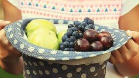 Κήπος φρούτων καπέλων χεριών hd απόθεμα βίντεο