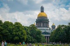 Κήπος Aleksandrovskiy μπροστά από τον καθεδρικό ναό του ST Isaac σε Άγιο Πετρούπολη, Ρωσία στοκ φωτογραφίες