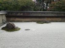 Κήπος Karesansui μέσα σε RyÅ  ένας -ένας-ji ναός στοκ εικόνα