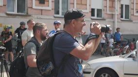 Κίεβου/επάνω Ουκρανία-Ιουνίου, 1 του 2019 στενός του παλαιού φωτογράφου Παλαιό photojournalist που παίρνει τις φωτογραφίες Πορτρέ απόθεμα βίντεο