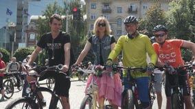 Κίεβου/Ουκρανία-Ιουνίου, 1 πορτρέτο του 2019 της νέας γυναίκας στη ρόδινη φούστα που στέκεται με το αναδρομικό ποδήλατο Ρόδινο κο απόθεμα βίντεο