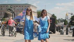 Κίεβου/Ουκρανία-Ιουνίου, 1 πορτρέτο του 2019 των νέων ελκυστικών κοριτσιών Κλείστε επάνω των μοντέρνων κοριτσιών στα καθιερώνοντα απόθεμα βίντεο