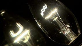 Κίεβο Λαμπυρίζοντας λαμπτήρες Τρέμοντας λαμπτήρες, λάμψη δύο πυρακτωμένη λαμπτήρων λαμπρά απόθεμα βίντεο