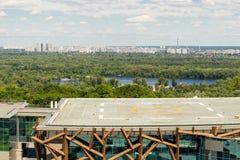 Κίεβο, Ουκρανία, 8η του Ιουνίου του 2017 Άποψη helipad σε μια στέγη του κτηρίου της ΕΕΚ PARKOVY σε ένα πάρκο πόλεων με την πανορα στοκ φωτογραφία με δικαίωμα ελεύθερης χρήσης
