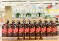 Κίεβο, Ουκρανία 15 Ιουλίου 2018 Μπουκάλια του σκωτσέζικου ουίσκυ του Johnnie Walker στα ράφια μαγαζιό για την πώληση στην υπεραγο στοκ φωτογραφία