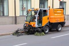Κίεβο, Ουκρανία - 12 Μαΐου 2018: Η νέα μηχανή οχημάτων αποκομιδής απορριμμάτων οδών καθαρίζει την οδό Στοκ Εικόνες