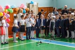 Κίεβο 26.2017 Ουκρανία-Μαΐου: Μαθητές παιδιών στη γραμμή επάνω Στοκ Φωτογραφία