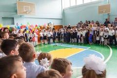 Κίεβο 26.2017 Ουκρανία-Μαΐου: Μαθητές παιδιών στη γραμμή επάνω Στοκ φωτογραφία με δικαίωμα ελεύθερης χρήσης