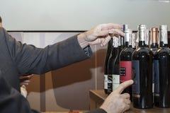Κίεβο, Ουκρανία - 26 Μαρτίου 2016: Δοκιμή κρασιού στο καλό κατάστημα αμπέλων Ο πελάτης κερδίζει το κρασί στην περίπτωση επίδειξης Στοκ φωτογραφίες με δικαίωμα ελεύθερης χρήσης