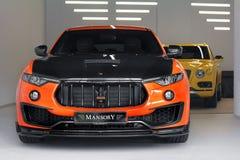Κίεβο, Ουκρανία - 17 Νοεμβρίου 2017: Άποψη άνωθεν Mansory Maserati Levante σχετικά με το υπόβαθρο Bentley Bentayga Mansory στοκ εικόνες με δικαίωμα ελεύθερης χρήσης
