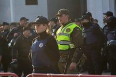 Κίεβο, Ουκρανία - 18 Οκτωβρίου 2018: Γυναίκα αστυνομίας που στέκεται στο κορδόνι που φρουρεί το Κοινοβούλιο Στοκ εικόνα με δικαίωμα ελεύθερης χρήσης