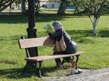 Κίεβο, Ουκρανία - 11 Σεπτεμβρίου 2015: Γυναίκα parishioner που διαβάζει ένα βιβλίο Στοκ φωτογραφίες με δικαίωμα ελεύθερης χρήσης