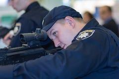 Κίεβο, Ουκρανία - 22 Σεπτεμβρίου 2015: Η αστυνομία ερευνά τα νέα μοντέλα των όπλων Στοκ φωτογραφία με δικαίωμα ελεύθερης χρήσης
