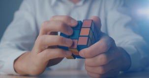 Κίεβο, Ουκρανία, στις 7 Μαΐου 2019: Κύβος Rubik στα χέρια στενού ενός επάνω ατόμων απόθεμα βίντεο