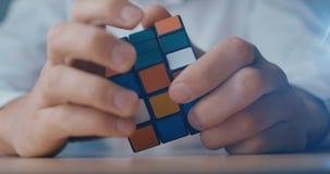 Κίεβο, Ουκρανία, στις 7 Μαΐου 2019: Κύβος Rubik στα χέρια στενού ενός επάνω ατόμων φιλμ μικρού μήκους
