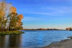 Κίεβο, Ουκρανία στις 12 Οκτωβρίου 2014 Τοπίο φθινοπώρου στην ηλιόλουστη ημέρα με το μπλε νερό στις όχθεις του ποταμού Dnieper στο Στοκ εικόνα με δικαίωμα ελεύθερης χρήσης