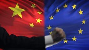 Κίνα εναντίον της αντιμετώπισης της ΕΕ, διαφωνία χωρών, πυγμές στο υπόβαθρο σημαιών απόθεμα βίντεο
