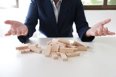 Κίνδυνος και στρατηγική προγραμματισμού στην αποτυχία παιχνιδιού επιχειρηματιών του ξύλινου αρσενικού ελαφιού φραγμών Επιχειρησια στοκ εικόνες με δικαίωμα ελεύθερης χρήσης