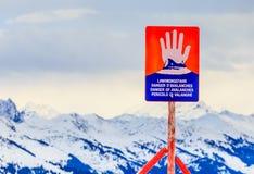 Κίνδυνος σημαδιών ` των χιονοστιβάδων ` πάνω από το καταπραϋντικό Hohe βουνών Χιονοδρομικό κέντρο Soll, Τύρολο Στοκ εικόνα με δικαίωμα ελεύθερης χρήσης