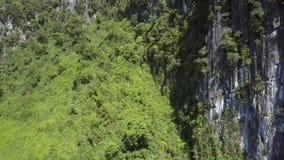 Κίνηση από τον γκριζόλευκο δύσκολο απότομο βράχο στο λόφο με τις εγκαταστάσεις απόθεμα βίντεο