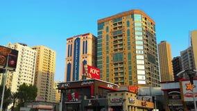 Κίνηση από τους σύγχρονους ουρανοξύστες, τους πύργους και τα εστιατόρια γρήγορου φαγητού απόθεμα βίντεο