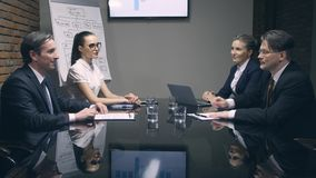 κίνηση αργή Επιχειρηματίες που υπογράφουν τις συμβάσεις και που τινάζουν τα χέρια απόθεμα βίντεο